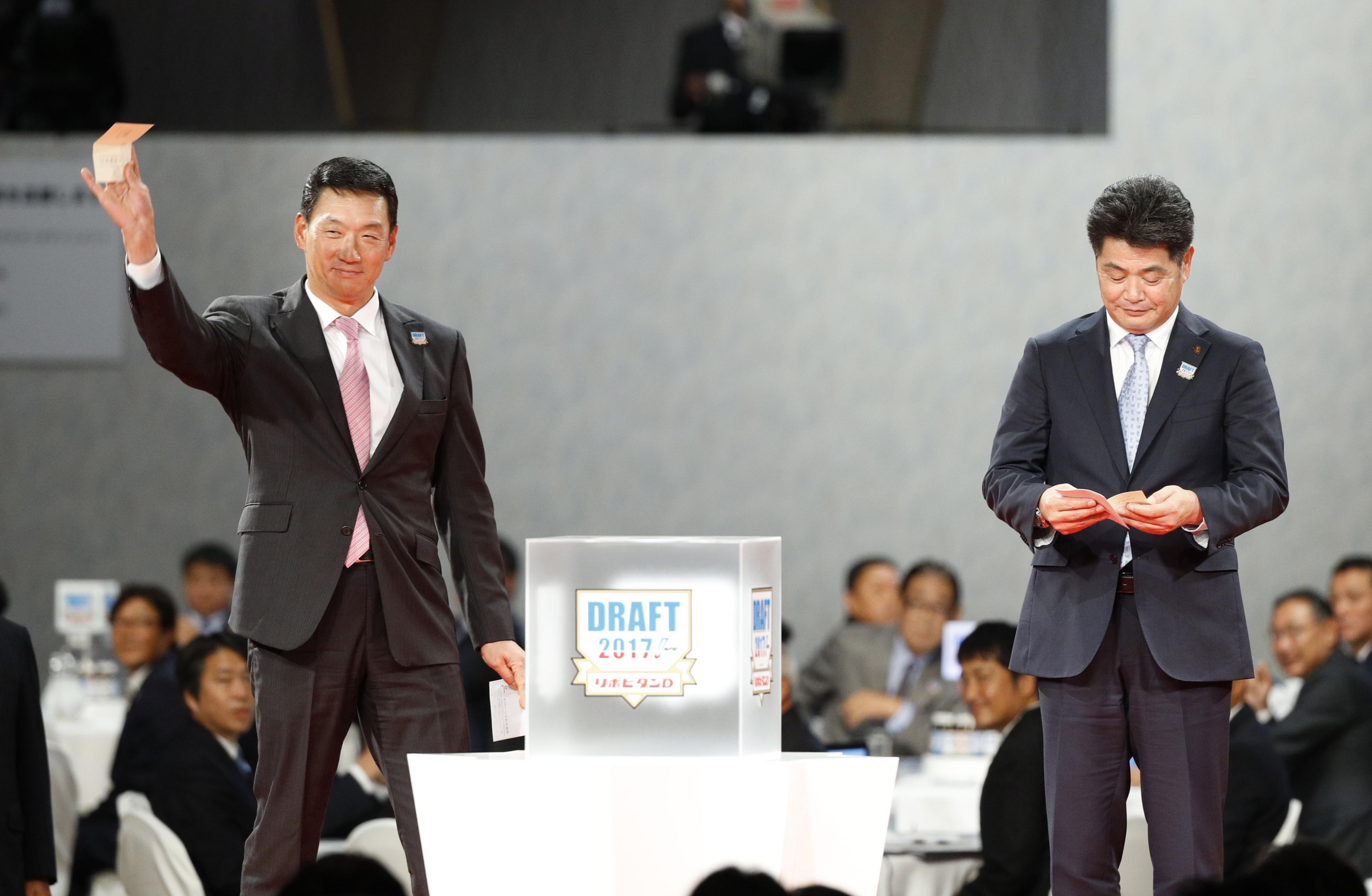 2017年ドラフトで仙台大・馬場皐輔の交渉権を引き当ててガッツポーズを見せる金本前監督 ©KYODO