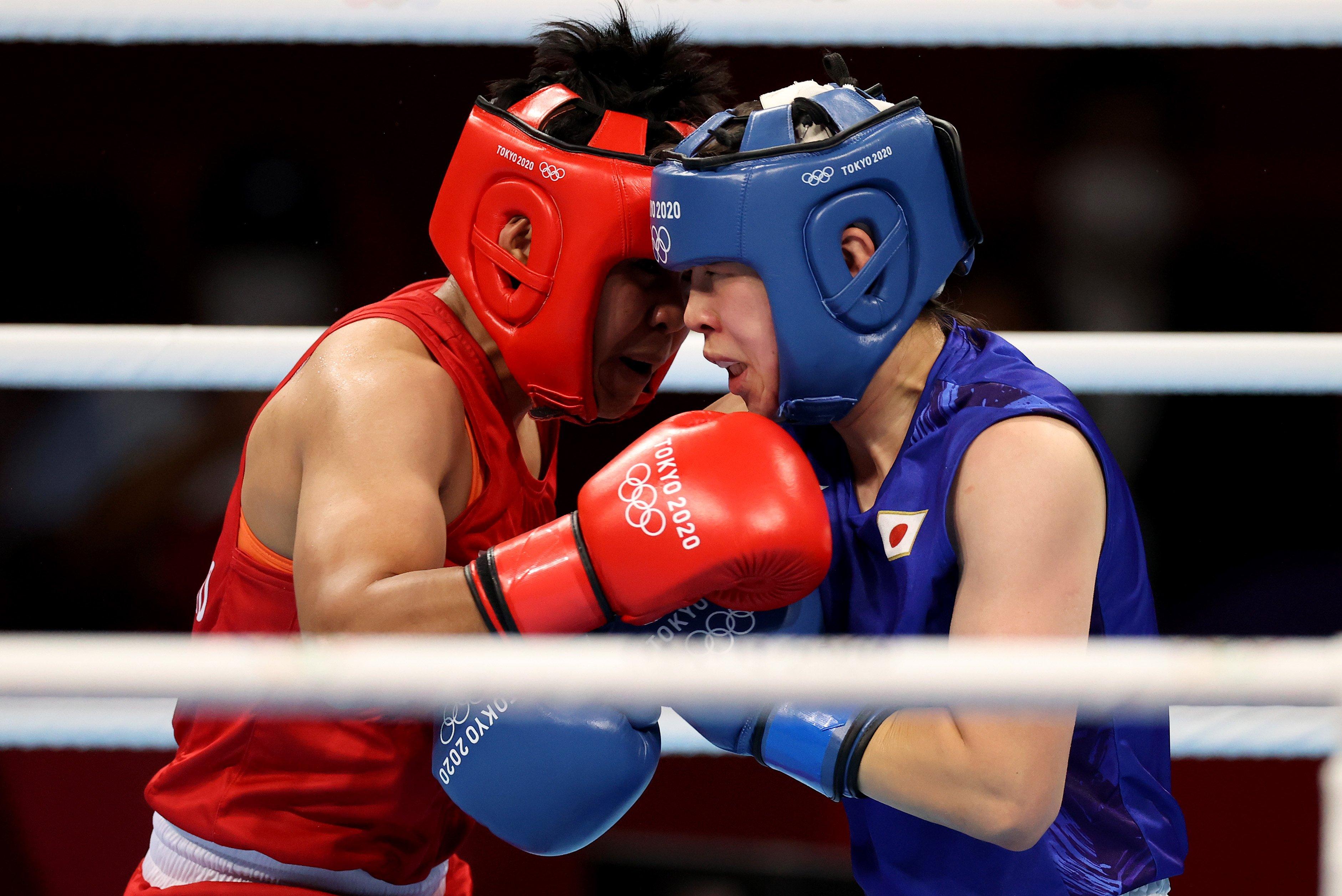 東京五輪女子フェザー級決勝でフィリピンのネストイ・ペテシオ(左)に勝利し、金メダルを獲得した入江 ©Getty Images