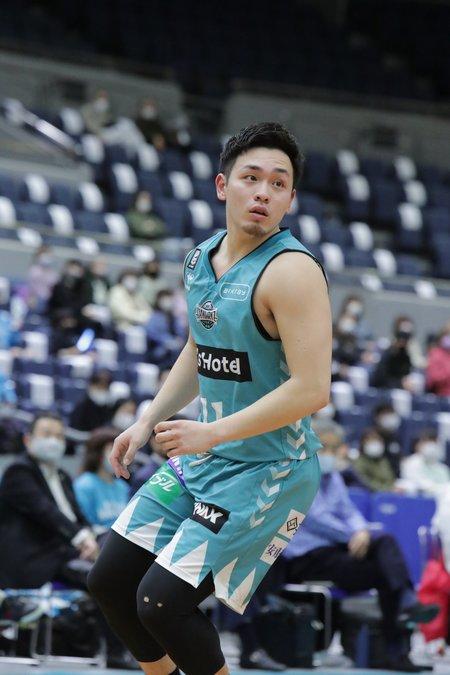 福岡出身、折尾愛真高から九州共立大学へ進学し、昨年1月、特別指定選手としてハンナリーズに。1試合平均で出場時間11.2分、2.1得点、1.6アシスト(3月31日現在) ©B.LEAGUE