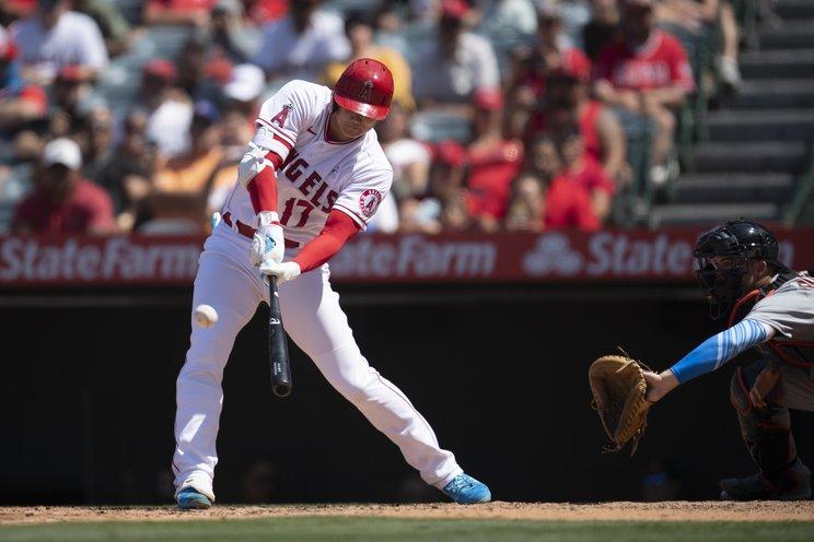 大谷の23号本塁打。低めに落ちる変化球を見事にすくい上げた©AP/AFLO