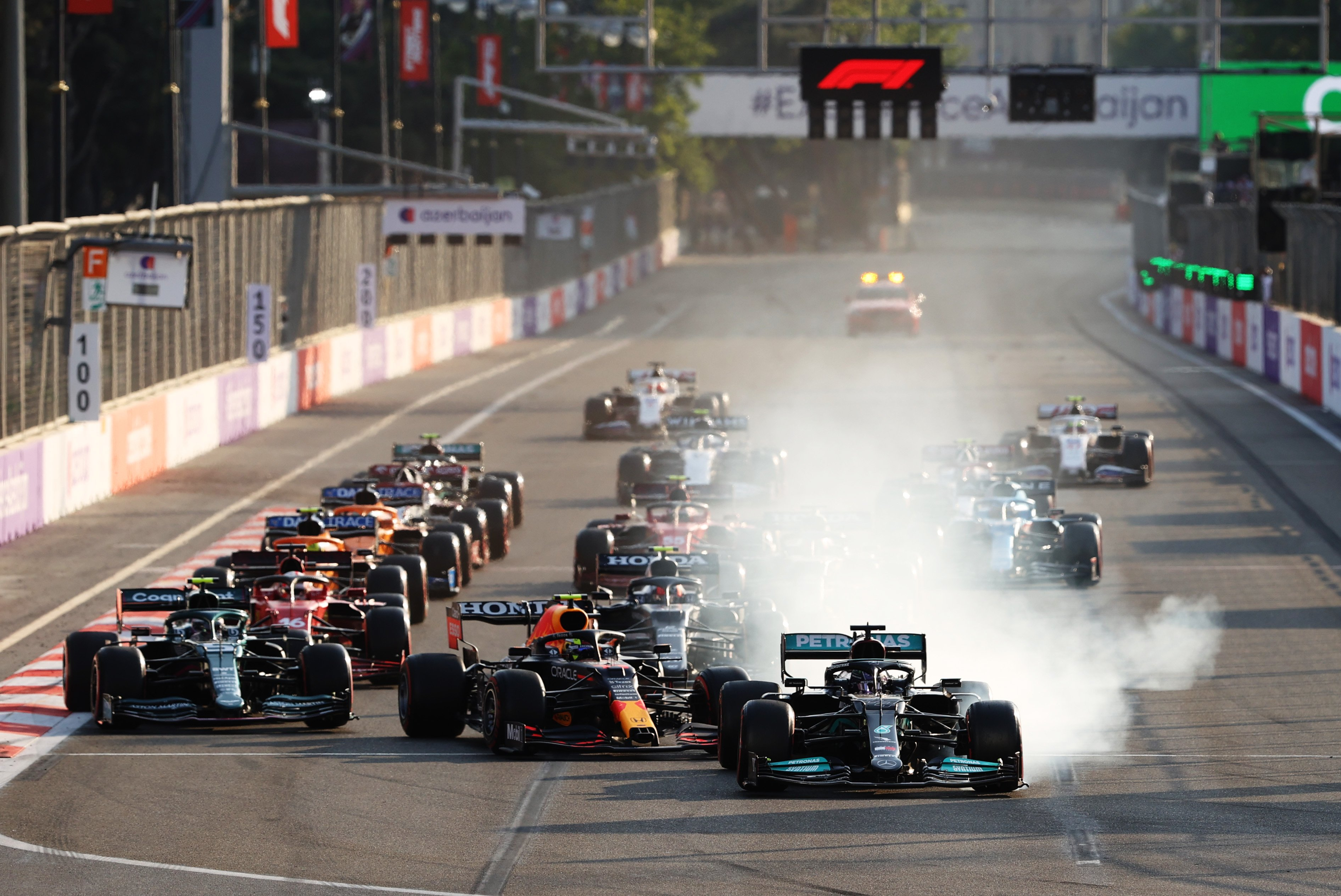 再スタートの1コーナーでトップのハミルトンがブレーキを盛大にロックさせてコースオフ。優勝争いから脱落した