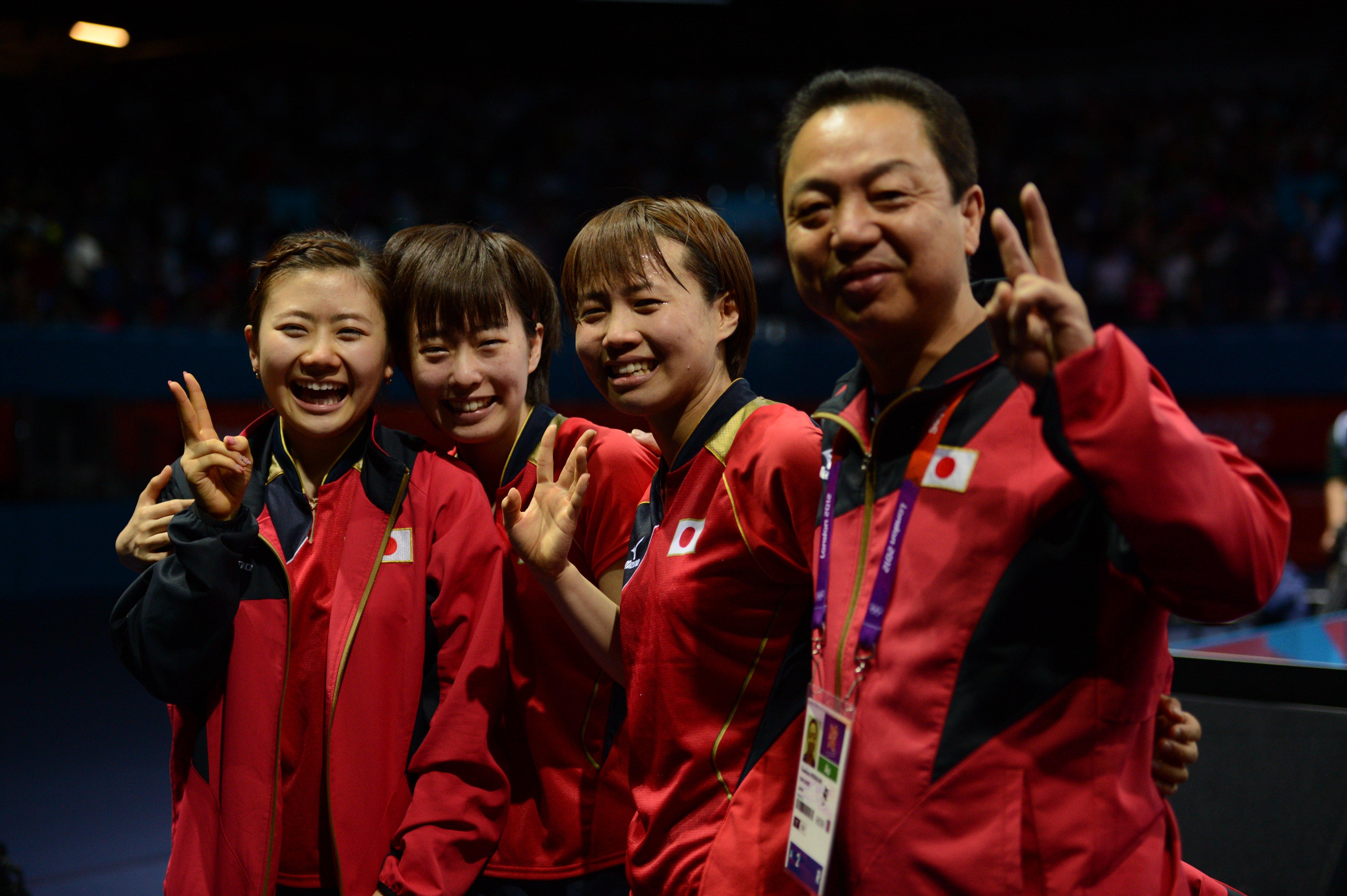 日本卓球界史上初となったメダルは、ロンドン五輪で卓球女子団体(左から福原愛、石川佳純、平野早矢香、村上恭和コーチ)が獲得した銀メダル ©JMPA