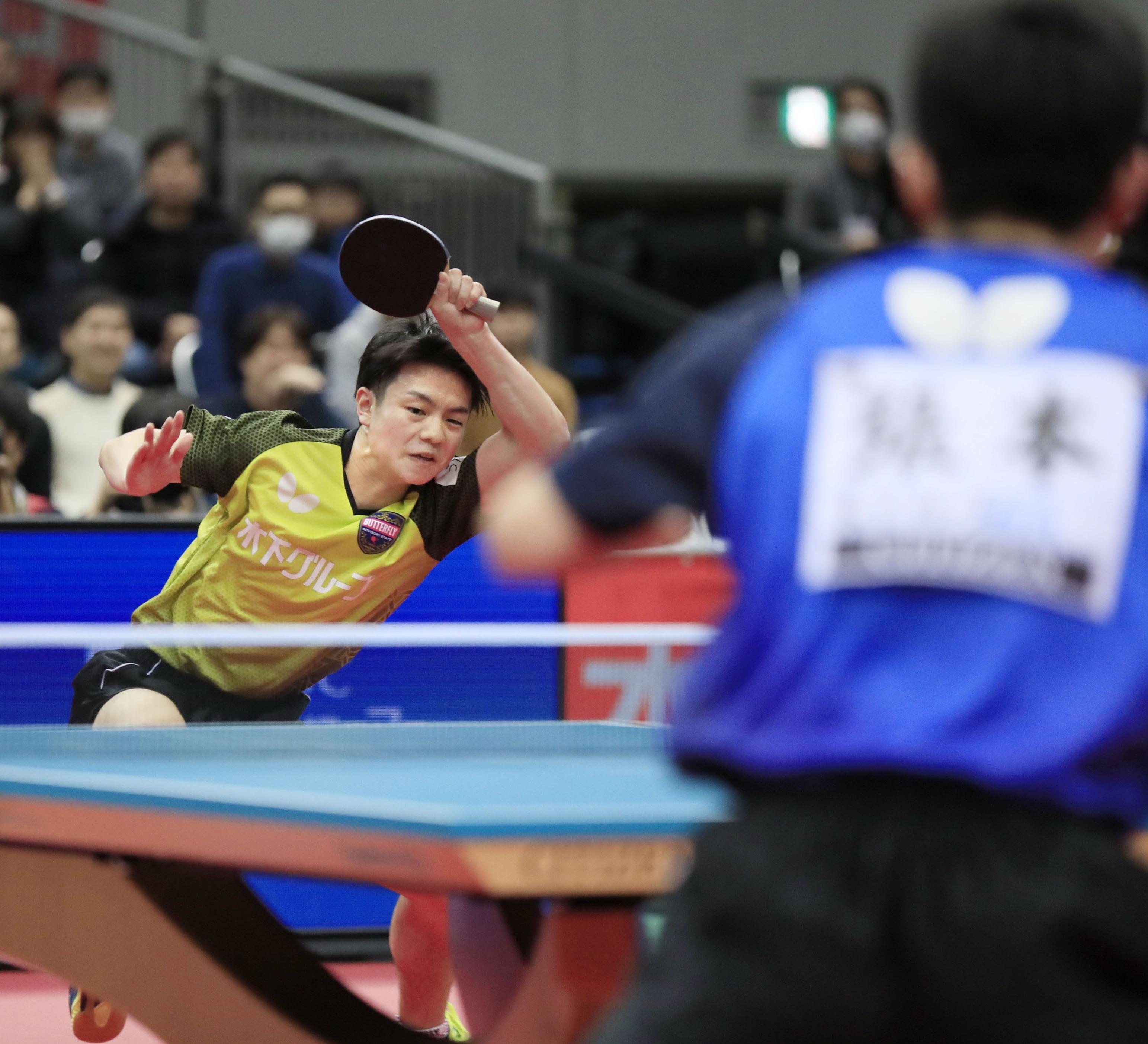 2020年1月の全日本選手権男子シングルス決勝で張本を破った宇田(左) ©KYODO