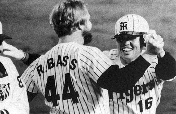 岡田の本塁打に大喜びのバース©Kyodo News