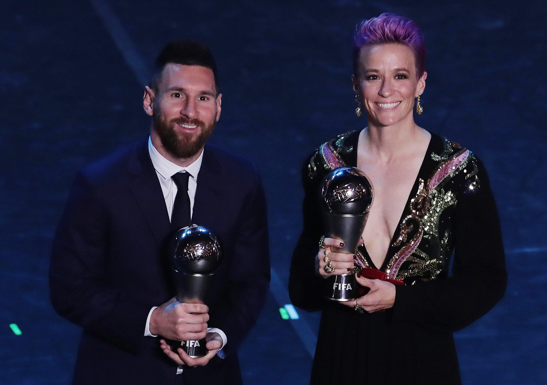 2019年FIFA年間最優秀選手として表彰されたメッシ(左)とラピノー  (C)Getty Images