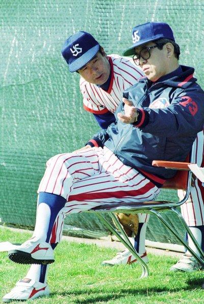 1990年の春季キャンプで野村と話す一軍投手コーチ時代の安田。松井秀喜の攻略法を分析により発見した安田を、野村は「日本一のスコアラー」と称賛した ©Sankei Shimbun
