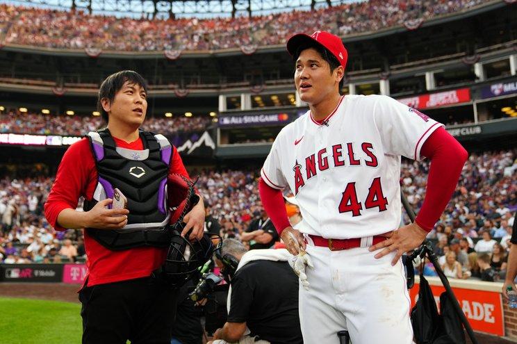 野球経験はないものの、大谷の指名で2021年のホームランダービーで捕手を務めた水原通訳(左) (C)Getty Images