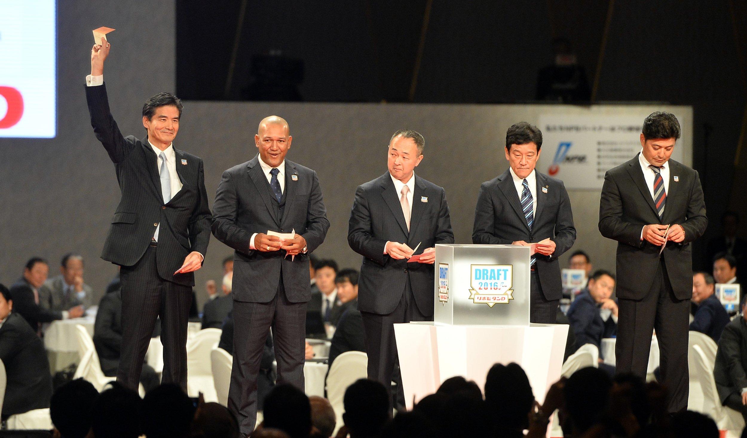 2016年ドラフト、交渉権を獲得して右手を上げるをロッテ・山室晋也球団社長 ©Sankei Shimbun