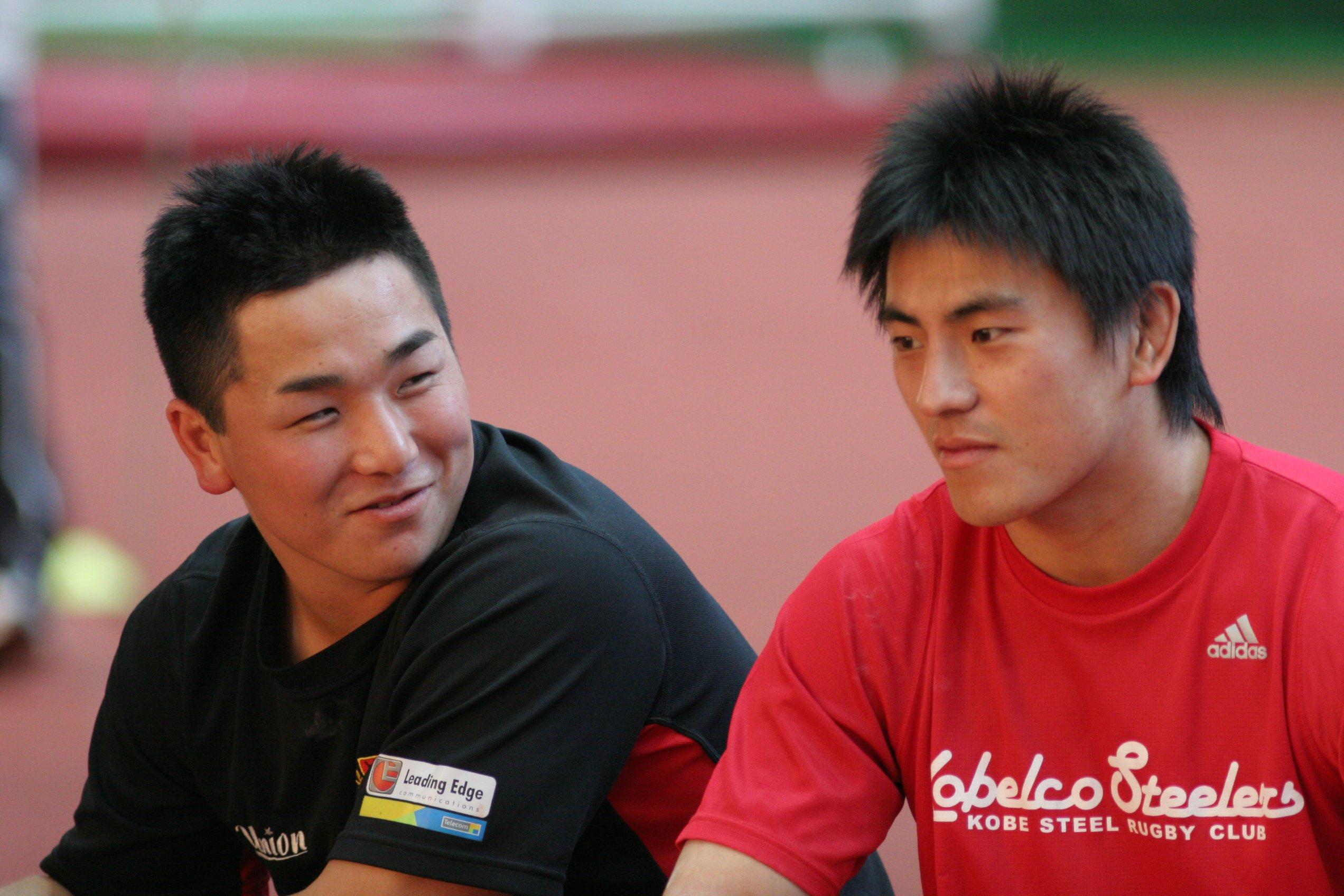 2007年2月、初めて参加した日本代表メディカルチェック。SH後藤翔太(右・現早大コーチ)と言葉をかわす小野晃征 ©︎Nobuhiko Otomo