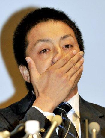巨人から1位指名を受け、感極まって涙を流す澤村拓一(当時、中央大) ©共同通信社