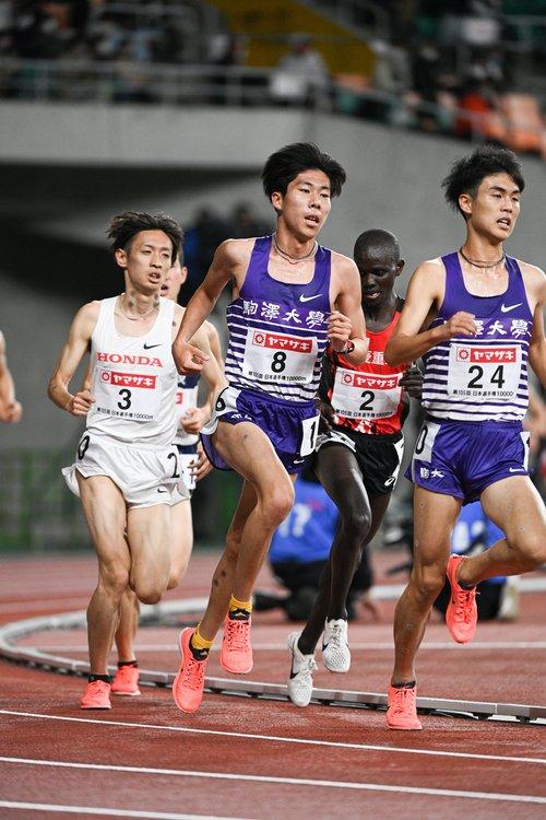 駒大の田澤廉(中央)、鈴木芽吹(右)につき続ける伊藤はらしくなかった