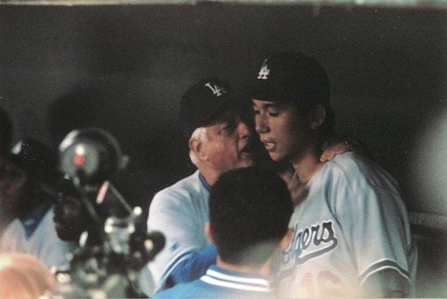 野茂英雄に耳打ちするトミー・ラソーダ氏 ©Kazuaki Nishiyama
