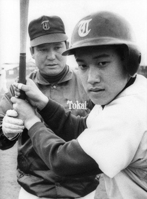 息子・辰徳を指導する原貢監督 1975年撮影(C)KYODO
