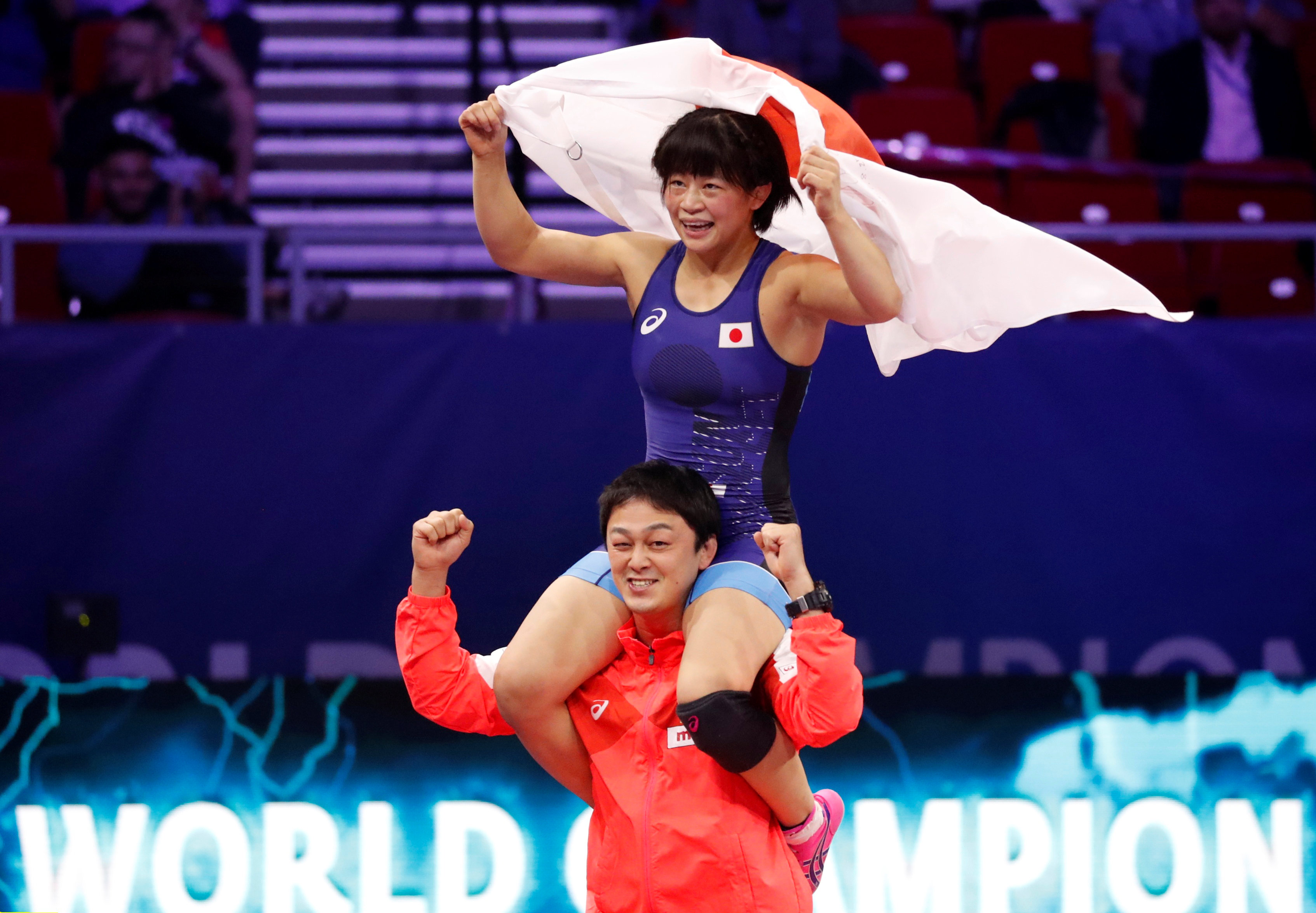 2018年の世界選手権で向田が優勝すると、コーチだった志土地は肩にのせて喜んだ