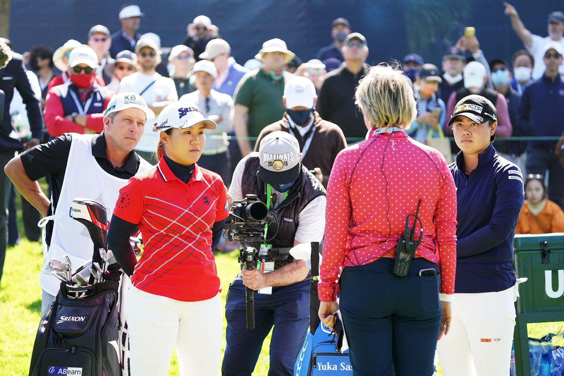 プレーオフ前に説明を受ける2人。メジャー最難関と呼ばれる全米女子オープンを盛り上げた ©︎Shizuka Minami