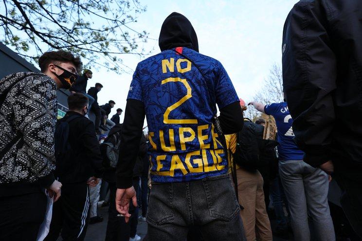 抗議の意を示すユニフォーム姿のチェルシーファン©Getty Images