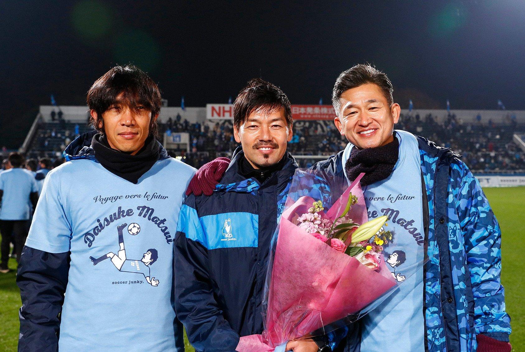 サイゴンFCへの移籍が決まり、セレモニーで中村俊輔(左)、三浦知良(右)と写真に納まる松井大輔 ©YOKOHAMA FC
