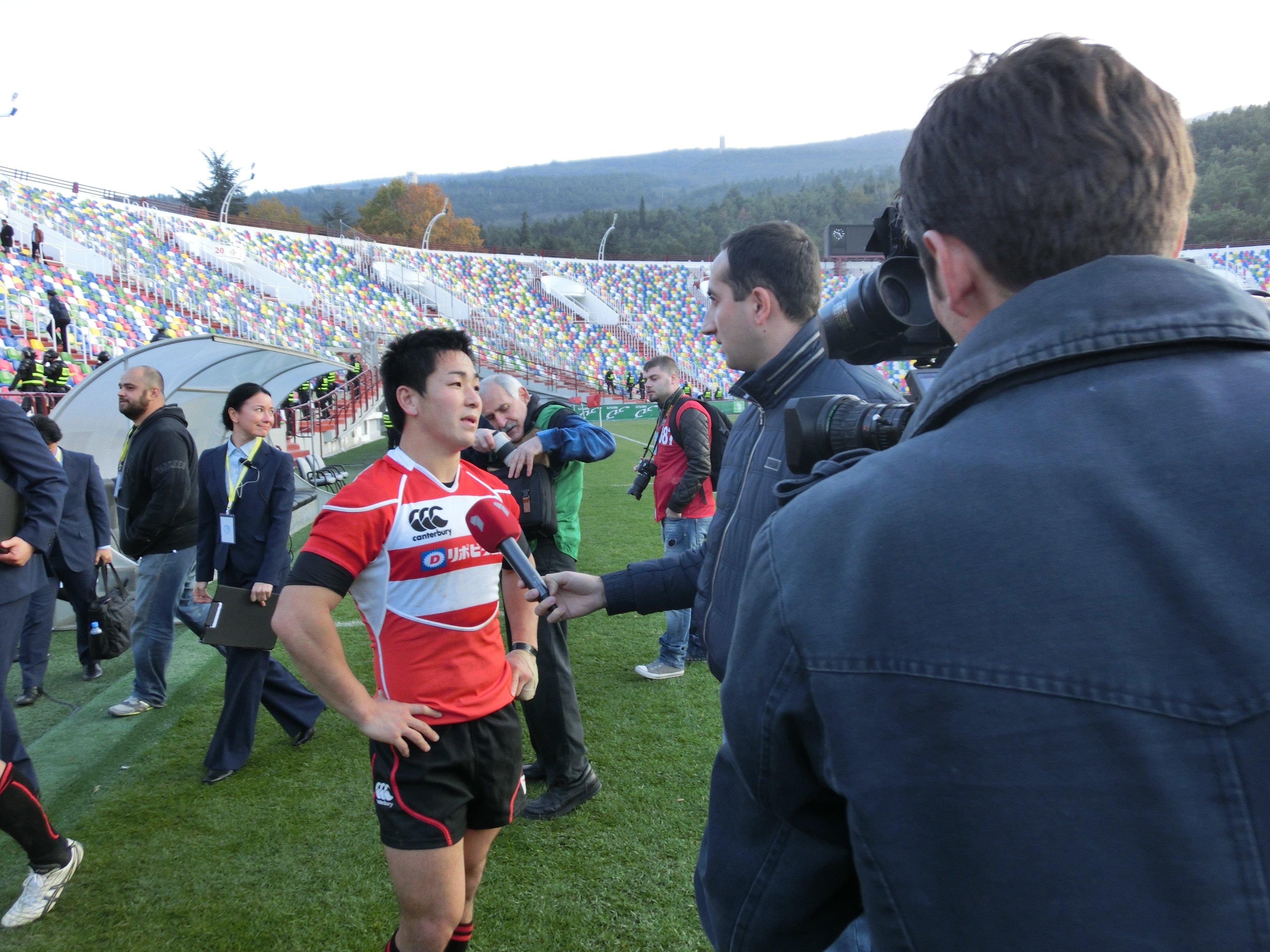 自身のサヨナラDGでジョージアに勝利した後、インタビューに応える小野晃征。英語が堪能な司令塔は海外メディアにとって貴重な存在だった(2012年) ©︎Nobuhiko Otomo