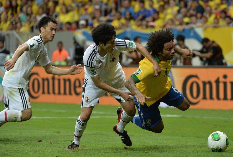 コンフェデレーションカップでブラジル代表DFマルセロとのマッチアップ(c)Getty Images