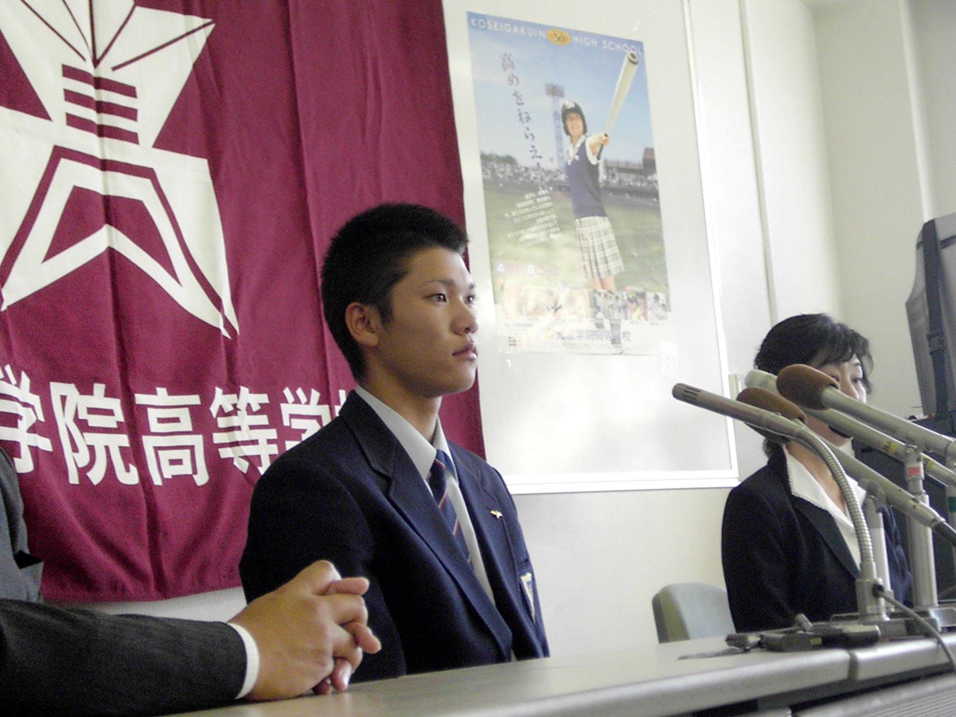 ドラフト1位指名を受けて会見に臨む高校生時代の坂本勇人 ©JIJI PRESS