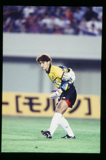 1993年7月のサンフレッチェ広島戦。本並は腎臓破裂しながらもプレーを続行した ©J.LEAGUE