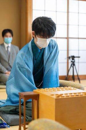 9月13日の叡王戦第5局で豊島将之竜王(左)に勝利。3勝2敗で叡王を獲得し、史上最年少三冠に ©日本将棋連盟