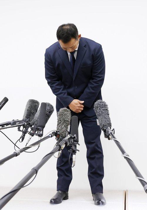 巨人への移籍会見の冒頭で頭を下げる中田翔 ©️KYODO