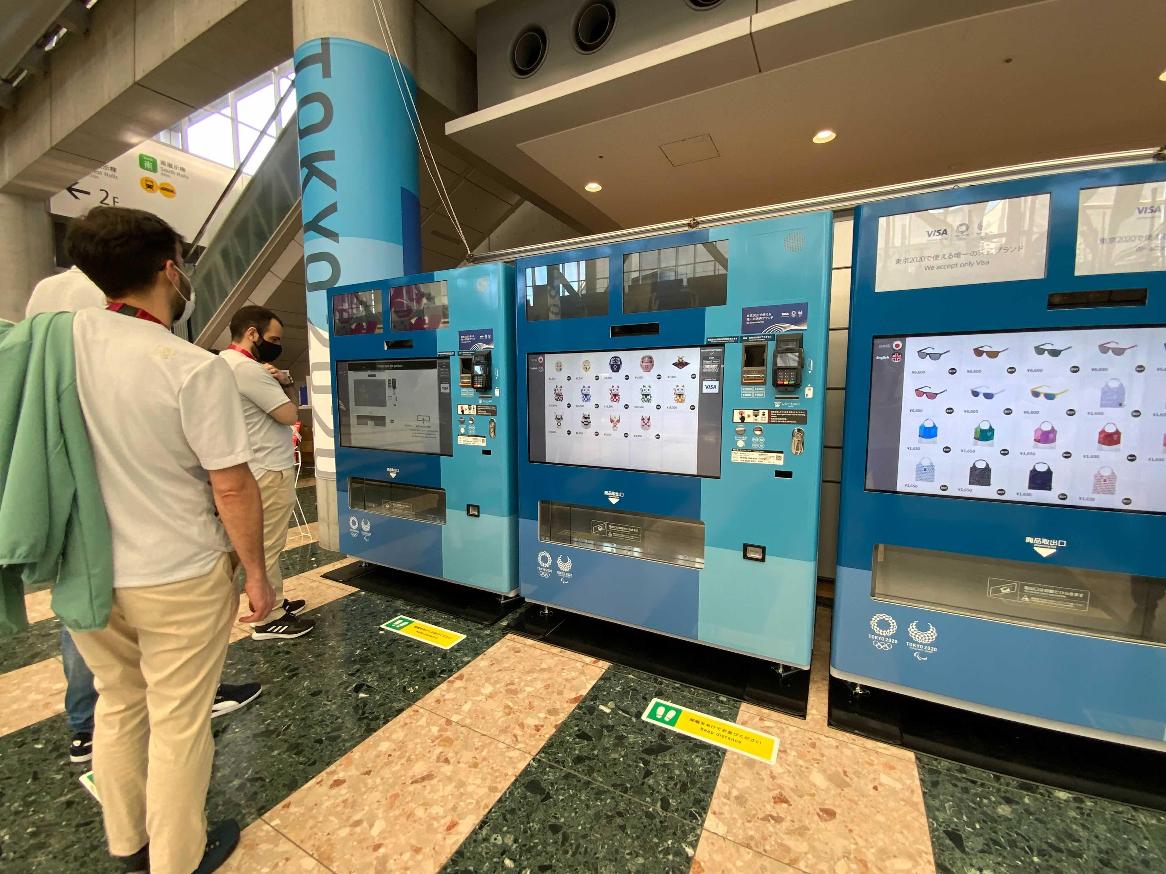 お店の外に並ぶ巨大な「お土産」自動販売機。
